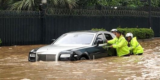 """7 kinh nghiệm """"cứu sống"""" bạn khi lái xe trời mưa bão"""