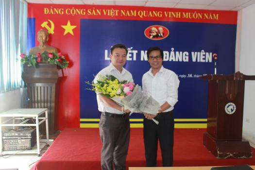 Chi bộ Taxi Thành Công tổ chức kết nạp đảng viên cho quần chúng ưu tú Nguyễn Sơn Linh