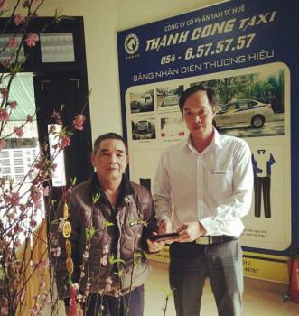 Khách hàng cảm kích nhận lại tài sản đánh rơi trên taxi Thành Công Huế