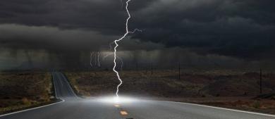 Lái ôtô dưới trời mưa, liệu có bị sét đánh chết?