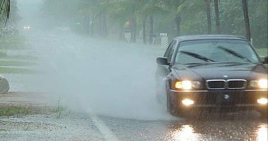 Những lưu ý khi lái xe dưới trời mưa lớn