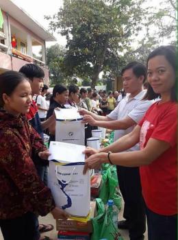 Taxi Thành Công trao quà cho đồng bào lũ lụt Miền Trung